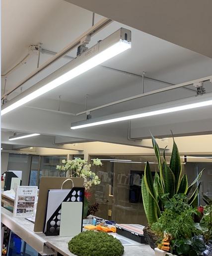 燈具最長尺寸 240公分 (四種尺寸),可快速佈建被照亮區域,150LMW超節能省電;特別適用於辦公室、會議室長桌照眀,完全無斷光暗區