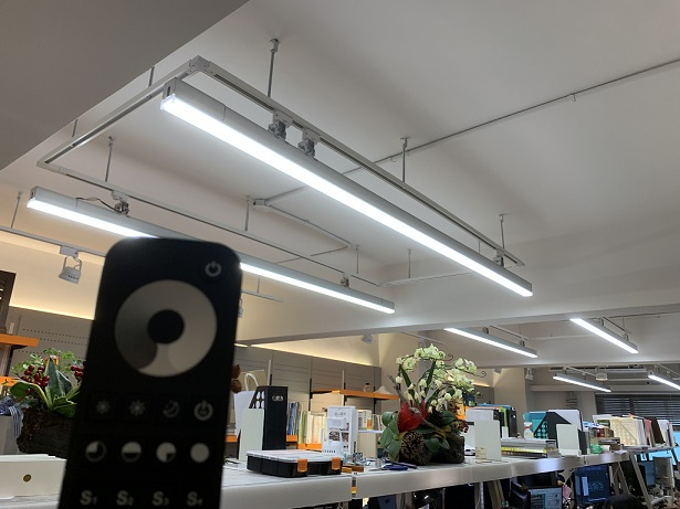 採2.4G遙控器可多段調光、情境控制,亦可分區控光,操作便利